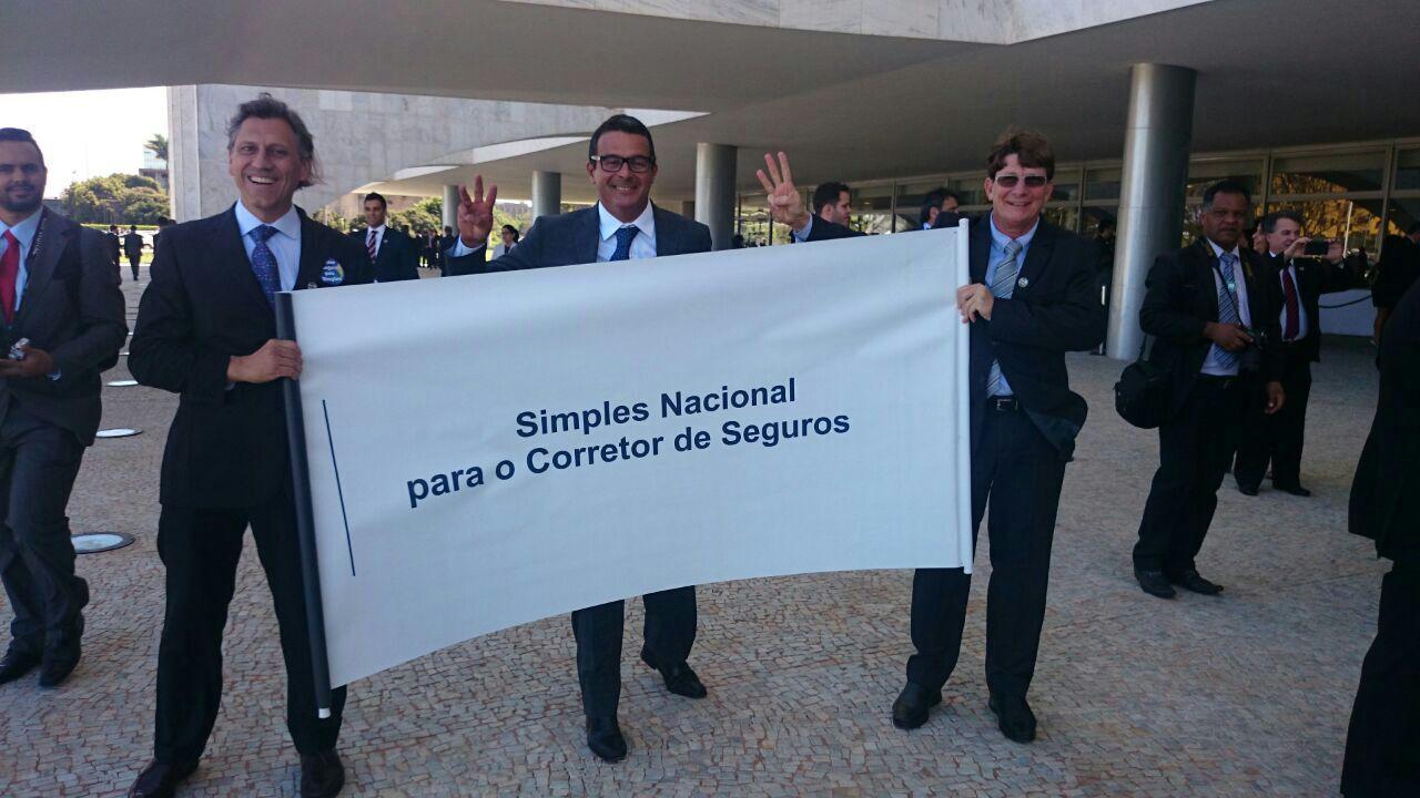 Amilcar-Vianna-E-e-Jayme-Torres-D-comemoram-com-Gustavo-Doria-CQCS-aprovação-do-Simples-para-os-corretores-incluídos-na-Tabela-III